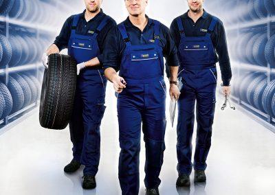 Automechaniker auf dem Weg zum Reifenwechsel