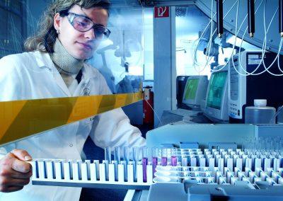 Laborszene unter Dunstabzugshaube