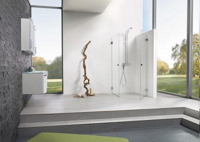 offenes helles Badezimmer mit Blick in den Garten.